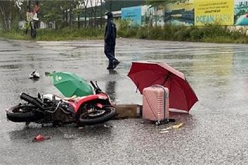 Hai người phụ nữ đi xe máy trong cơn mưa, bị sét đánh tử vong