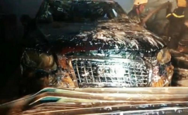 Garage ô tô bốc cháy làm hư hỏng chiếc Audi và 3 phương tiện khác -1