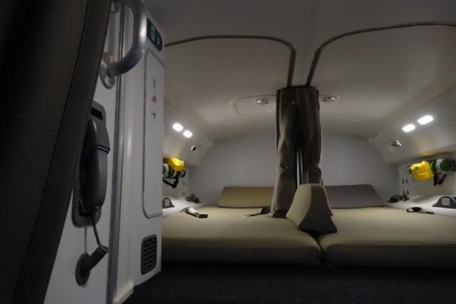 Phi công có được phép ngủ khi máy bay đang ở trên trời? Nếu có thì chỗ nghỉ của họ ở đâu? - 5