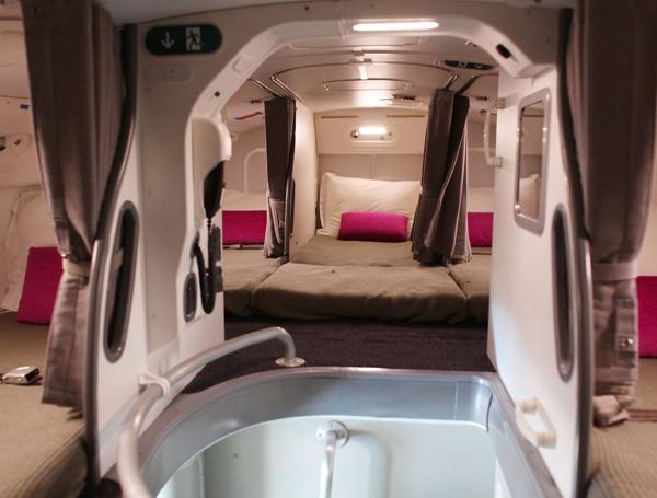 Phi công có được phép ngủ khi máy bay đang ở trên trời? Nếu có thì chỗ nghỉ của họ ở đâu? - 6