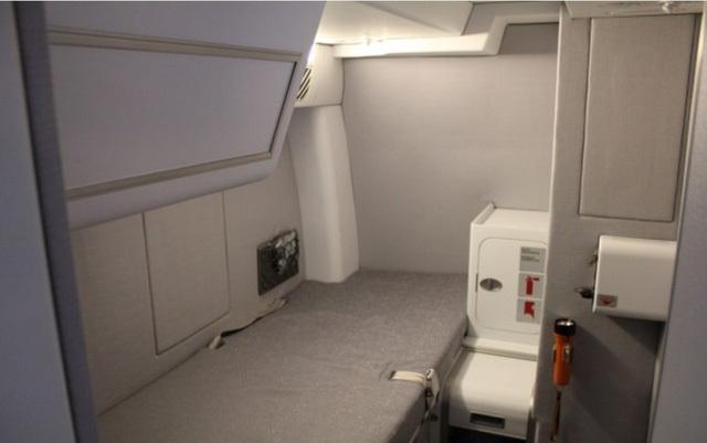 Phi công có được phép ngủ khi máy bay đang ở trên trời? Nếu có thì chỗ nghỉ của họ ở đâu? - 9