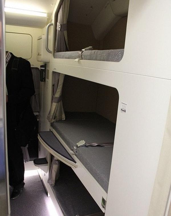 Phi công có được phép ngủ khi máy bay đang ở trên trời? Nếu có thì chỗ nghỉ của họ ở đâu? - 10
