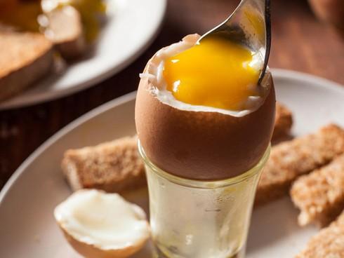 Ăn trứng gà như thế nào tốt: Chín, tái hay sống
