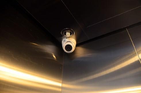 Giây phút hoảng loạn của 4 người kẹt trong thang máy - ảnh 2