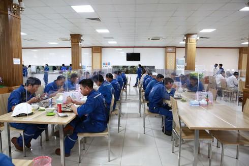 Nhiều doanh nghiệp lắp 'vách ngăn' ở nhà ăn phòng COVID-19 - ảnh 1