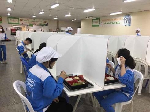 Nhiều doanh nghiệp lắp 'vách ngăn' ở nhà ăn phòng COVID-19 - ảnh 2