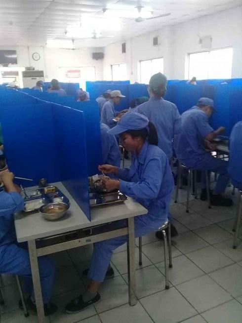 Nhiều doanh nghiệp lắp 'vách ngăn' ở nhà ăn phòng COVID-19 - ảnh 3