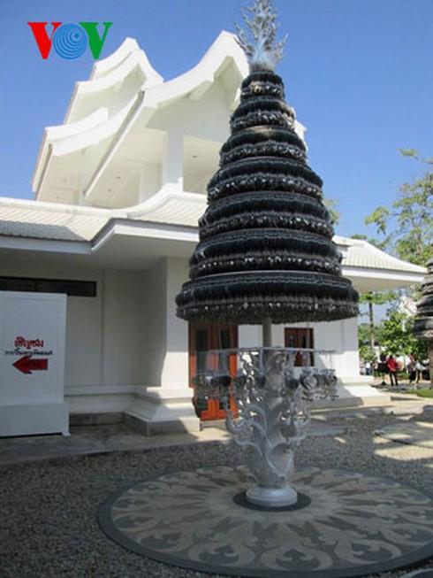 Độc đáo ngôi chùa trắng như tuyết ở Thái Lan - ảnh 12
