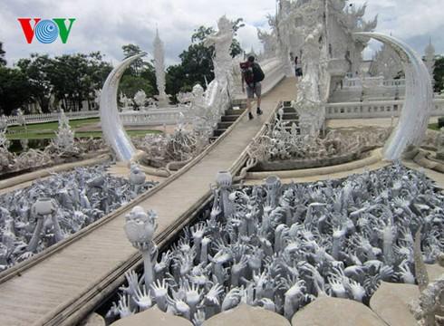 Độc đáo ngôi chùa trắng như tuyết ở Thái Lan - ảnh 6