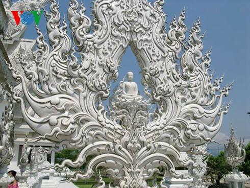 Độc đáo ngôi chùa trắng như tuyết ở Thái Lan - ảnh 8