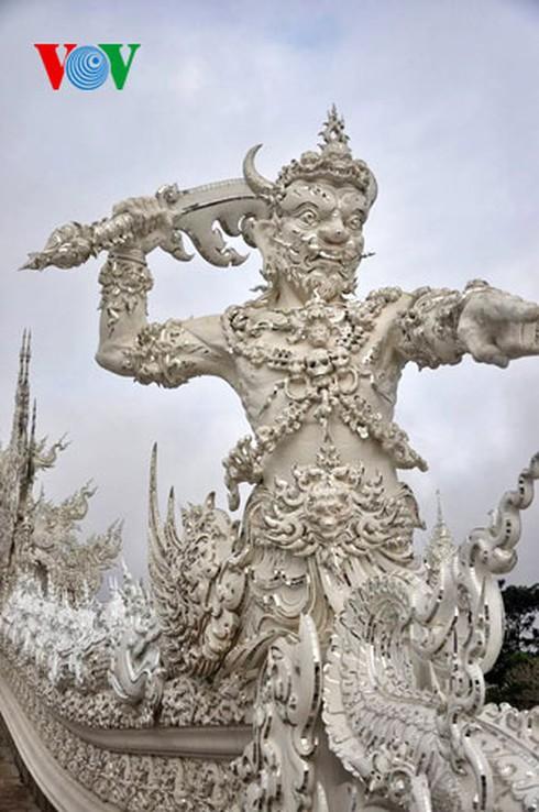 Độc đáo ngôi chùa trắng như tuyết ở Thái Lan - ảnh 9