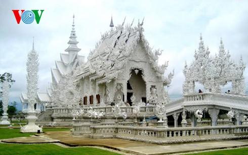 Độc đáo ngôi chùa trắng như tuyết ở Thái Lan - ảnh 11