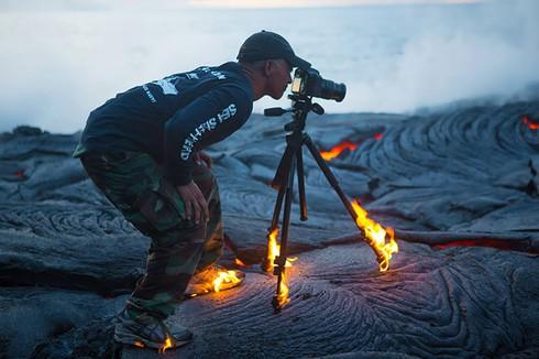 Những khoảnh khắc đẹp về các nhiếp ảnh gia đam mê tác nghiệp - ảnh 4