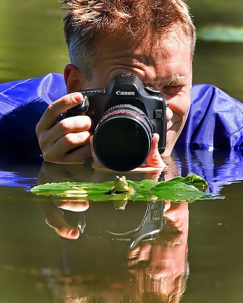 Những khoảnh khắc đẹp về các nhiếp ảnh gia đam mê tác nghiệp - ảnh 7