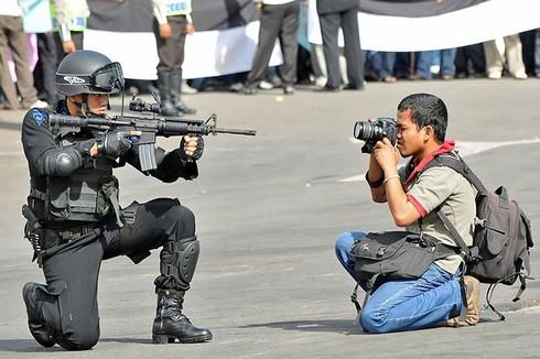 Những khoảnh khắc đẹp về các nhiếp ảnh gia đam mê tác nghiệp - ảnh 11