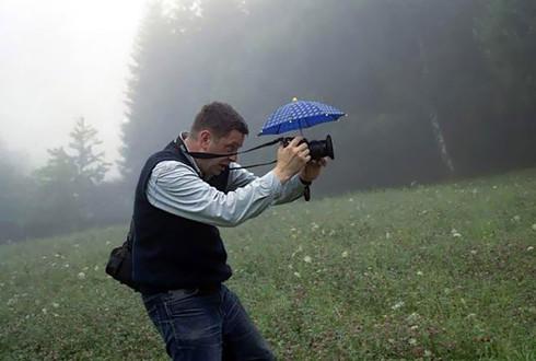 Những khoảnh khắc đẹp về các nhiếp ảnh gia đam mê tác nghiệp - ảnh 24