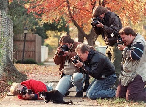 Những khoảnh khắc đẹp về các nhiếp ảnh gia đam mê tác nghiệp - ảnh 26