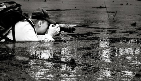 Những khoảnh khắc đẹp về các nhiếp ảnh gia đam mê tác nghiệp - ảnh 1