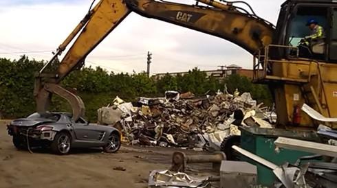 """Siêu xe SLS AMG """"chết từ từ"""" dưới bàn tay của máy nghiền - ảnh 1"""
