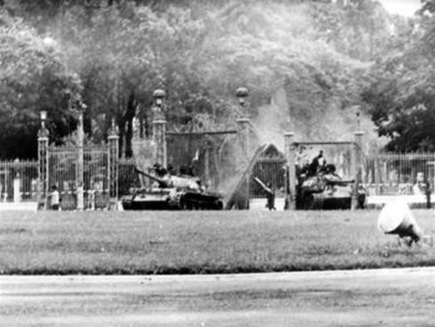 Cận cảnh hai chiếc xe tăng húc đổ cổng Dinh Độc lập - ảnh 2