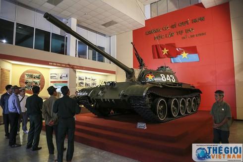 Cận cảnh hai chiếc xe tăng húc đổ cổng Dinh Độc lập - ảnh 3