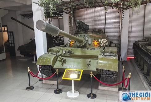 Cận cảnh hai chiếc xe tăng húc đổ cổng Dinh Độc lập - ảnh 6