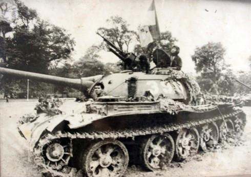 Cận cảnh hai chiếc xe tăng húc đổ cổng Dinh Độc lập - ảnh 11