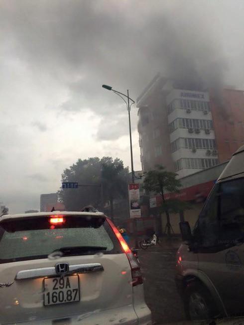 Công ty cổ phần xuất nhập khẩu Hàng không cháy lớn giữa trời mưa - ảnh 3