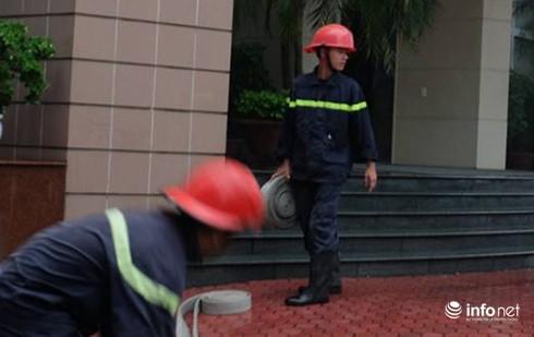Công ty cổ phần xuất nhập khẩu Hàng không cháy lớn giữa trời mưa - ảnh 4