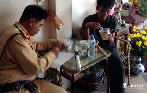 CSGT Hà Nội giúp phu đãi vàng bị ngất giữa đường - ảnh 1