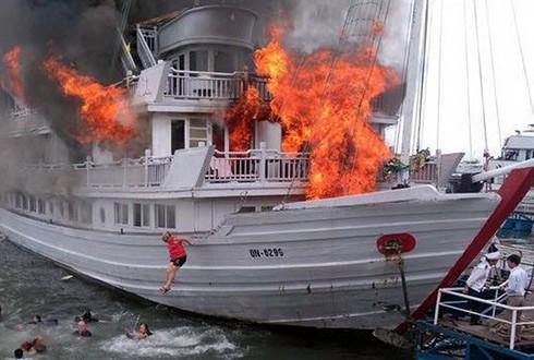 Cháy tàu du lịch trên cảng Tuần Châu, 2 người thoát nạn - ảnh 1