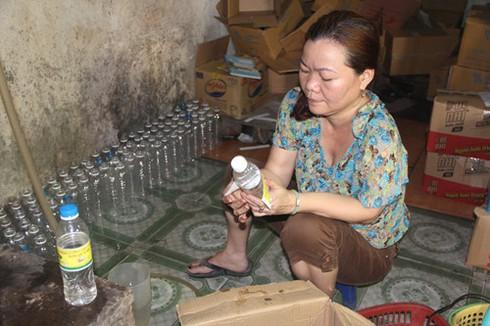 Đột nhập, bắt quả tang cơ sở sản xuất dùng a xit và nước lã để làm giấm gạo - ảnh 1