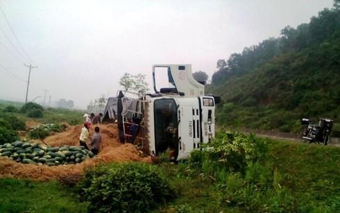 Xe tải chở dưa hấu lật nhào, người dân chạy ra gom dưa lại thành đống - ảnh 1