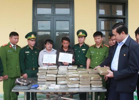 Bắt khẩn cấp 2 đối tượng vận chuyển 60kg cần sa từ Lào về Việt Nam - ảnh 1