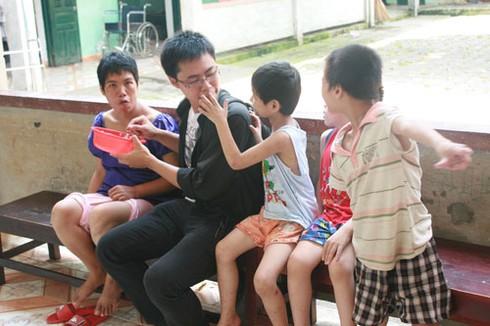 Khoảnh khắc xúc động nhìn trẻ em khuyết tật vui Tết thiếu nhi - ảnh 3