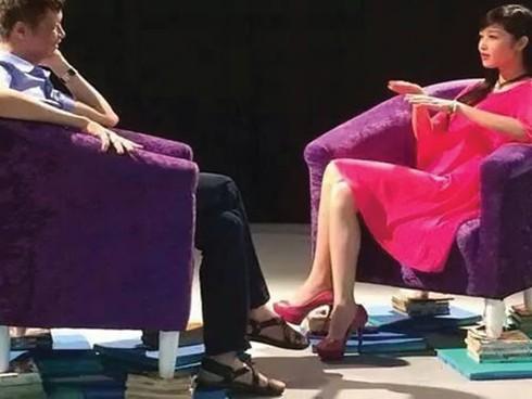 """""""Ai bảo ngồi lên sách là vô văn hóa, người đó mới...không văn hóa"""