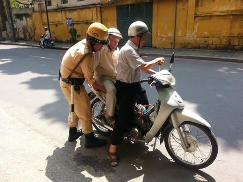 CSGT đỡ cụ già lên xe máy, bức ảnh gây xúc động cộng đồng mạng - ảnh 1