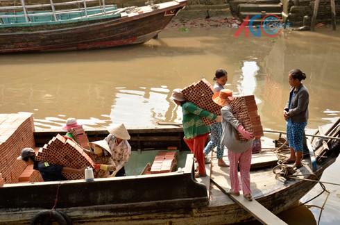 Những người đàn bà cõng gạch lên thuyền - ảnh 1