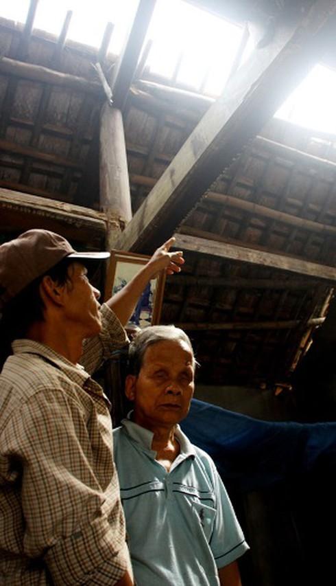 Cụ ông 80 tuổi mù, điếc trong ngôi nhà không nóc - ảnh 1