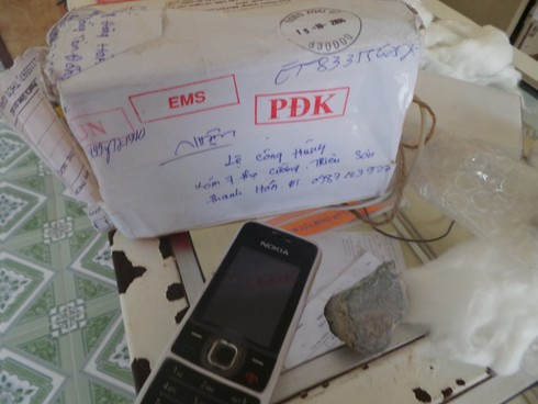 Gửi iPhone qua bưu điện, nhận... 2 cục đá - ảnh 1