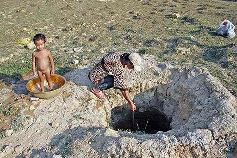 Nắng hạn, dân tìm nước trong giếng, đào giếng trong hồ - ảnh 1