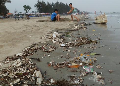 Nghỉ lễ, phát hoảng với rác thải ngập tràn bãi biển Trà Cổ - ảnh 13