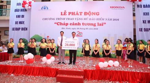 Honda Việt Nam sẽ tặng 20.000 mũ bảo hiểm cho thanh thiếu niên - ảnh 1
