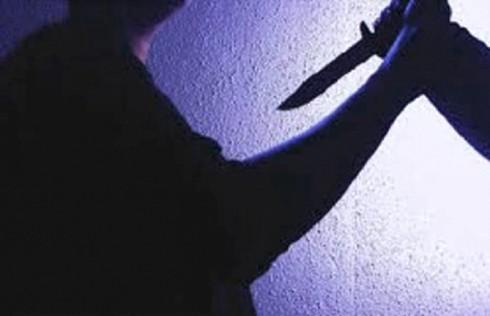 Đang chơi cầu lông, Trưởng công an thị trấn bị kẻ lạ cầm dao đâm liên tiếp - ảnh 1