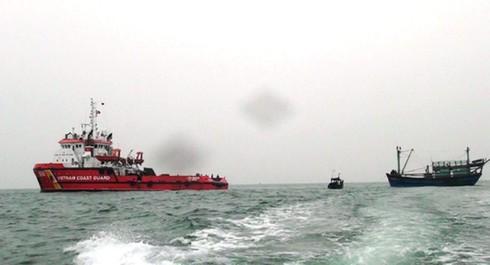 Cảnh sát biển cứu 8 ngư dân gặp nạn gần đảo Bạch Long Vĩ - ảnh 1