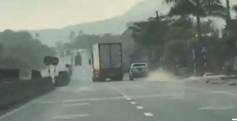 Hà Tĩnh: Tài xế xe đầu kéo lạng lách, ép xe CSGT suốt 20km - ảnh 1