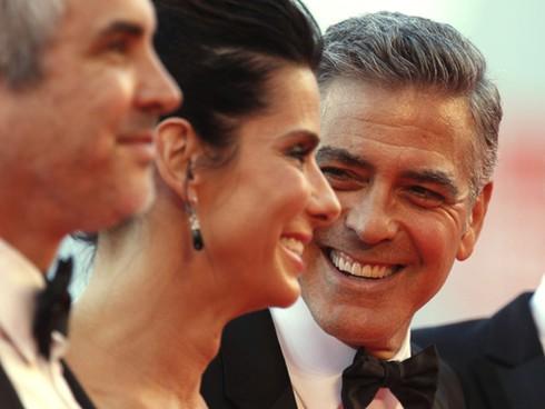 """Sandra Bullock phủ nhận tài tử George Clooney """"liếc mắt đưa tình"""" - ảnh 1"""