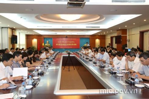 Bộ trưởng Nguyễn Bắc Son nhận huy hiệu 40 năm tuổi Đảng - ảnh 4