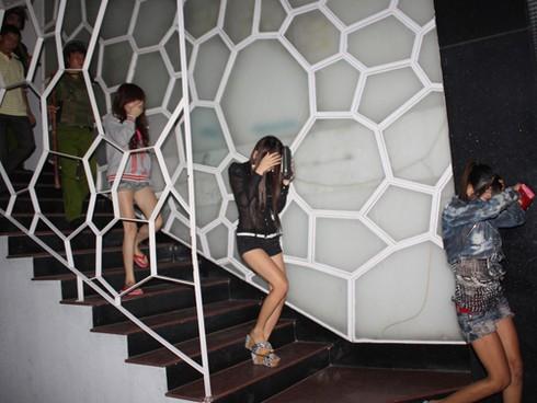 Phá ổ mại dâm núp bóng quán karaoke - ảnh 1