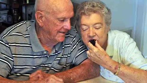 60 năm qua, cặp vợ chồng ăn duy nhất 1 bánh cưới - ảnh 1